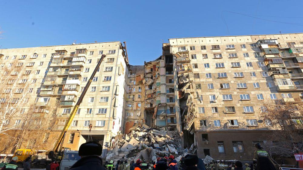 En stor del av denne ti etasjer høye boligblokken i byen Magnitogorsk i Russland raste sammen etter en gasseksplosjon mandag morgen.