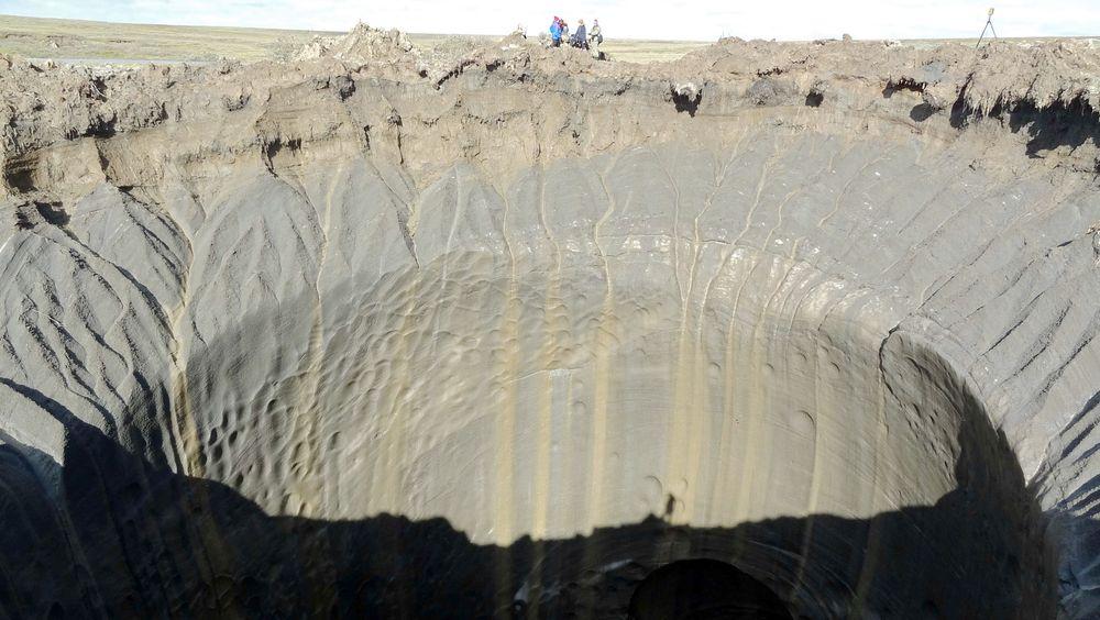 I 2014 smeltet permafrosten over en lomme av metangass på Yamal-halvøya i Sibir, og avdekket dette krateret. Nå vil norske forskere ha permafrosten og mulige metangassutslipp inn i klimamodellene.