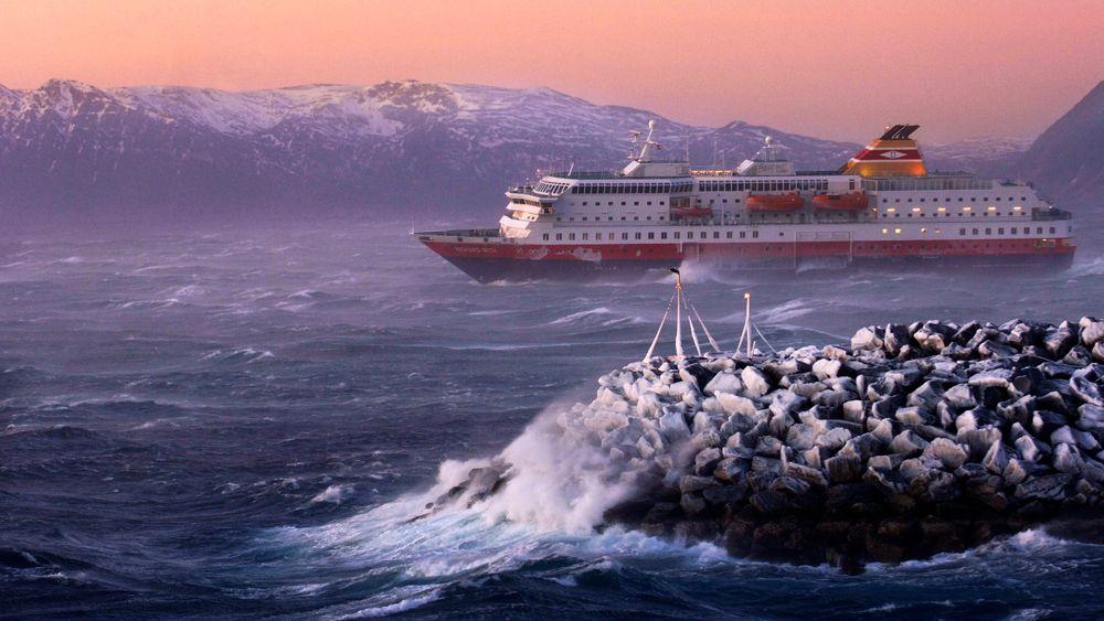 MS Richard With  møtte et rufsete vær utenfor Stad i september 2018.  Her er skipet fotografert idet hun runder Melkøya i storm i 2006.