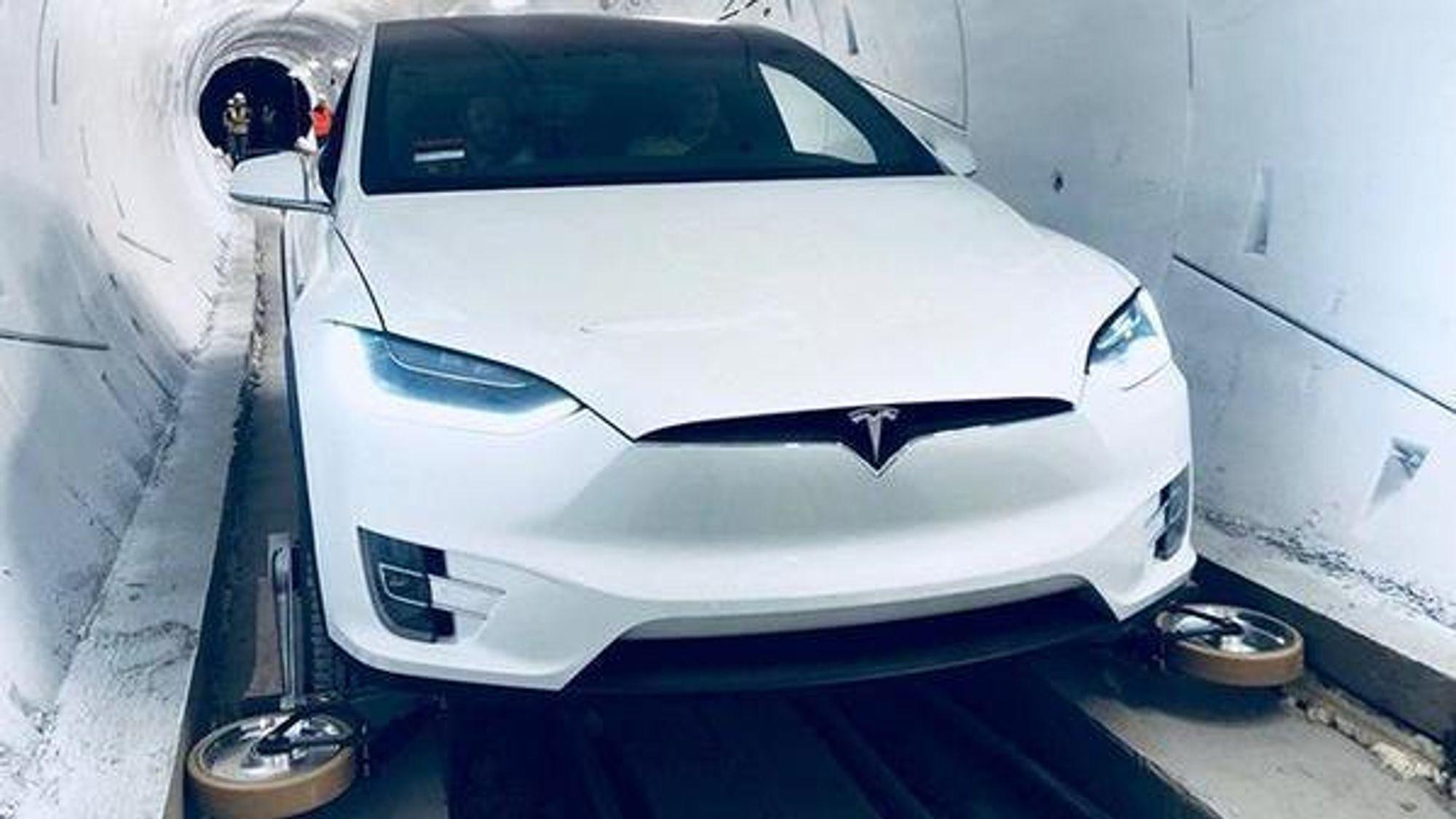Utfellbare støttehjul var montert på Teslaen som ble brukt til å demonstrere The Boring Companys tunnelkonsept.