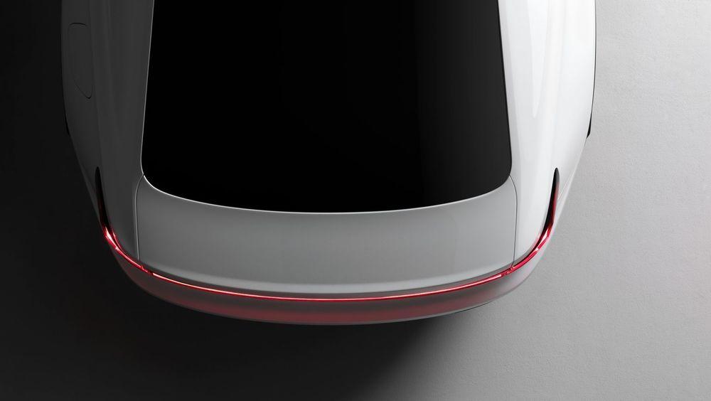 Dette bildet viser bakenden på Polestar 2. Dette skal være en elbil i omtrent samme klasse som Tesla Model 3.