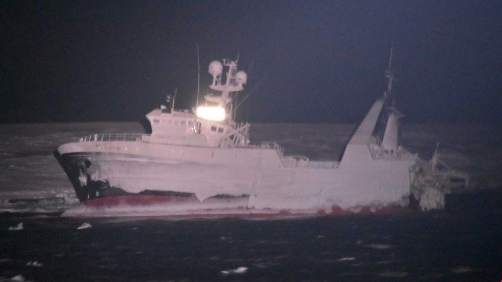 Bergingsmannskaper har klart å ta seg om bord i den grunnstøtte tråleren, Northguide, og har begynt å kartlegge skadene på skipet.
