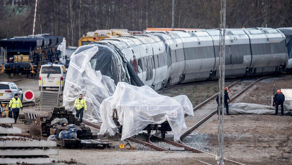 Lokføreren forteller at han tror trykket som oppstod da togene møttes, kan ha revet løs trailervognen som traff passasjertoget.