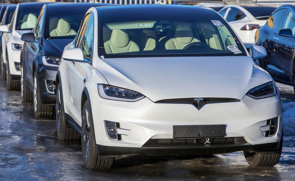 Det stemmer ikke at elbiler i Norge - som disse nyimporterte Teslaene på havna i Drammen -  gir dobbelt så store klimautslipp som fossilbiler. Påstanden er basert på et premiss om at alle norske elbiler utelukkende forsynes av vannkraft, som ellers ville erstattet kullkraft i andre land. Det er ingenting som tyder på at dette premisset stemmer.