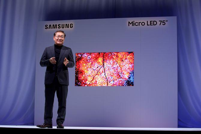 Jonghee Han i Samsung viser frem Micro LED-TV.