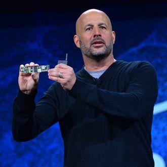 Gregory Bryant i Intel viser frem et referansedesign for «Lakefield». Han holder det lille kretskortet i hånden mens han snakker til publikum på CES.