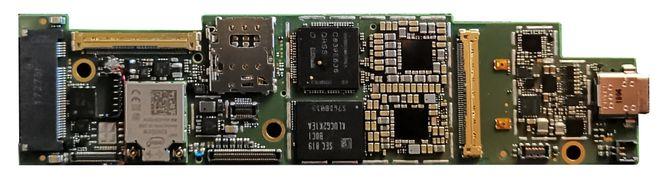 Nærbilde av Intel Lakefield – et lite kretskort med prosessorer og andre komponenter.