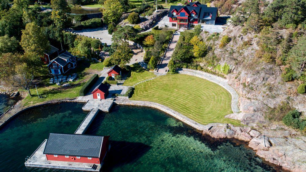 Einar Aas får beholde eiendommen på Naxbie like utenfor Grimstad, men må selge mest mulig annet for å dekke tapene til de andre aktørene på kraftbørsen.