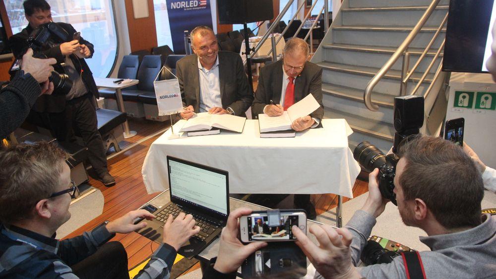 Her signerer (f.v.) styreleder i Norled Ingvald Løyning og vegdirektør erje Moe Gustavsen kontrakten om utviklingen av verdens første hydrogenelektriske ferge.