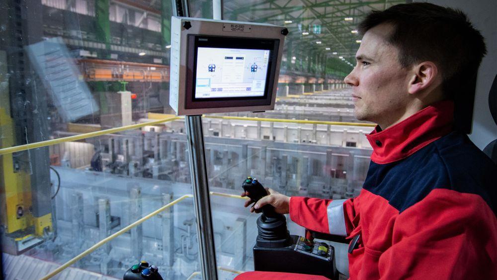 Avansert kran: Morten Snyen Stangeland er operatør i Hydros pilotanlegg på Karmøy og styrer fra denne cockpiten de fleste arbeidsoperasjoner som gjennomføres i driften i elektrolysehallen.