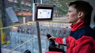 Morten opererer Hydros hypermoderne pilotanlegg. Opplæringen fikk han i dataspill