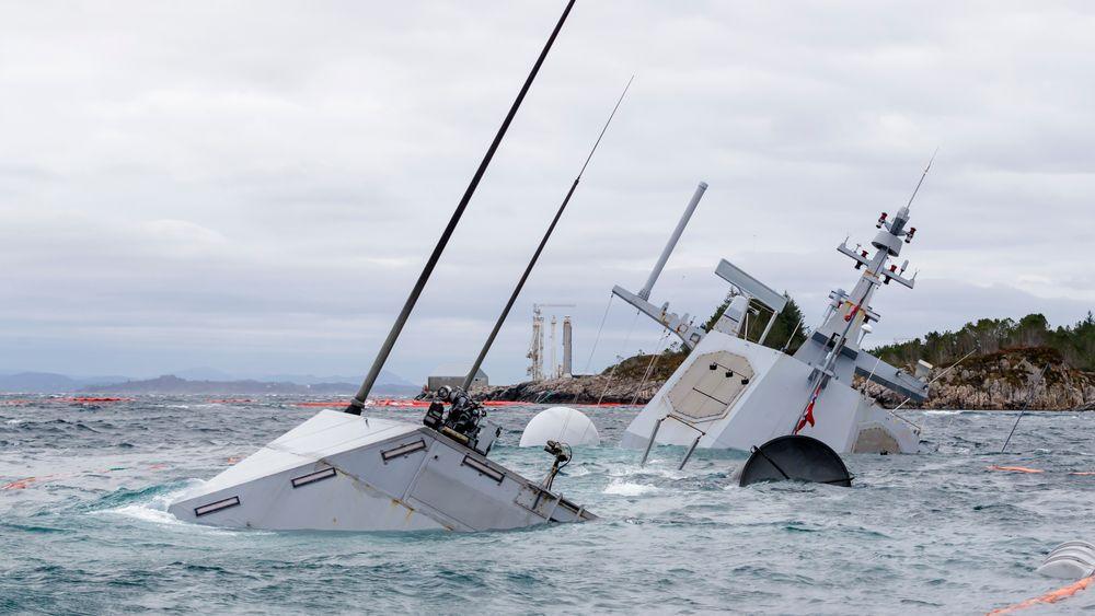 Den havarerte fregatten KNM Helge Ingstad fotografert onsdag 14. november. Fregatten  ligger på grunn nord for Stureterminalen i Hjeltefjorden utenfor Bergen.Helge Ingstad kolliderte med oljetankeren TS Sola fredag 8. november 2018.