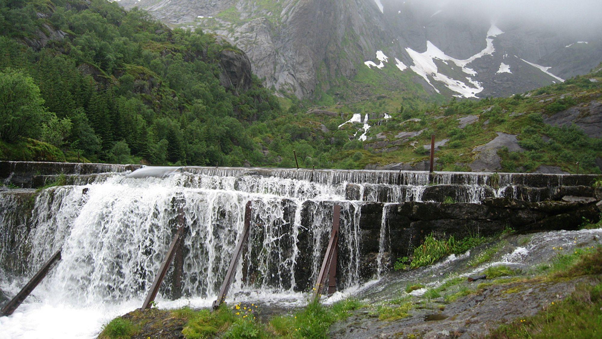 Ved å ruste opp norske vannkraftverk, kunne man fått 3-6 TWh mer energi, ifølge NVE. Hvorvidt dette blir gjennomført handler om økonomi. Dammen på bildet er tilknyttet fiskeværet Nusfjord i Lofoten.