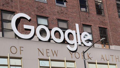 Stort Google-skilt utenfor Googles hovedkvarter i New York.