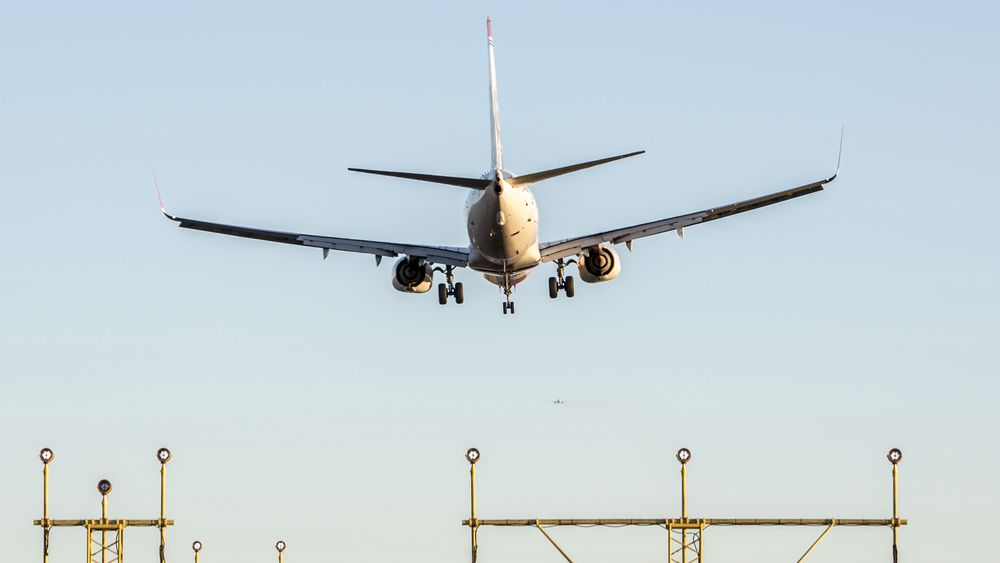 Antall flyginger fra norske flyplasser gikk ned i fjor. Tallet på passasjerer gikk opp.