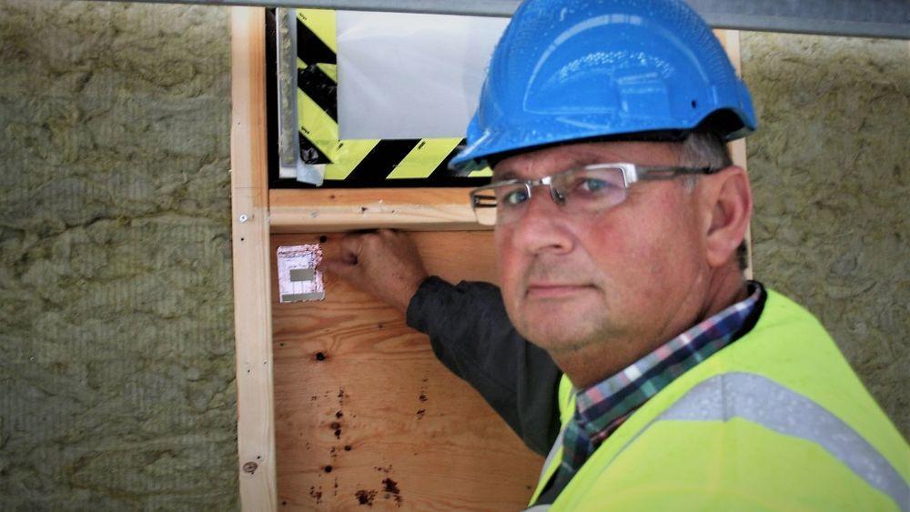 Sensorene fra Invisense kan klistres opp overalt hvor det er fare for fuktskader.