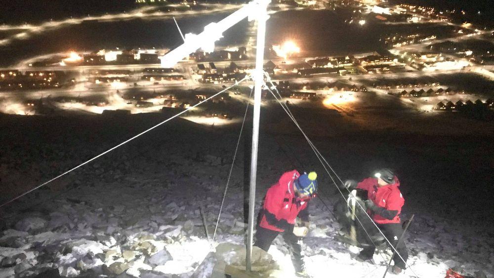 Her blir den nye snøskredmåleren satt opp på Sukkertoppen over Longyearbyen.