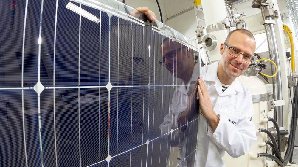 Sintef jobber med forskere fra 11 andre land for å utvikle ny solcelleteknologi. Her forsker Martin Bellmann i forbindelse med et annet solcelleprosjekt.