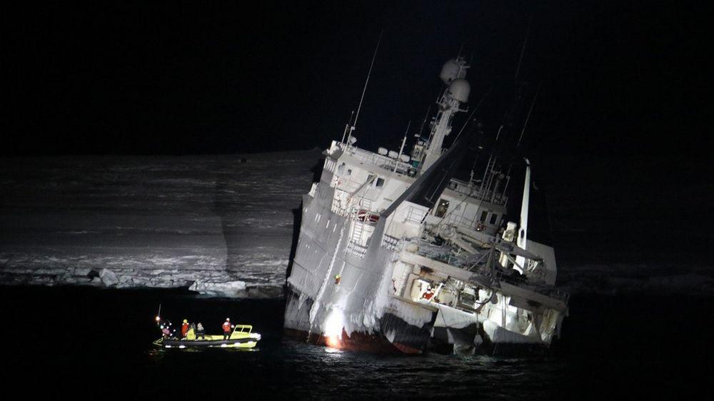 320.000 liter diesel er fraktet vekk fra tråleren Northguider i ICB-tanker om bord i lettbåter. Hver tank er fylt med rundt 800 liter og tatt over i KV Svalbard.
