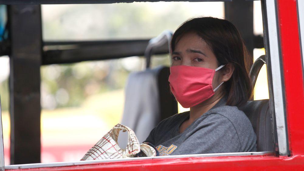 Innbyggere i Bangkok tildeles munnbind grunnet uvanlig høy luftforurensning de siste ukene.