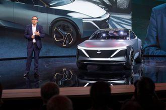 Denis Le Vot, senior vice president i Nissan North America viser frem IMs-konseptet på bilmessen i Detroit.