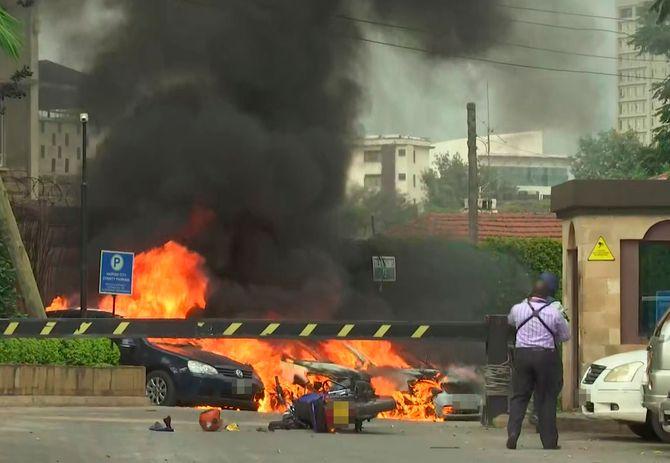 Tre personer er så langt omkommet i et angrep mot et hotell og et kontorkompleks i Nairobi, ifølge kenyansk avis. Dette bildet er fra stedet etter en eksplosjon i Nairobi.