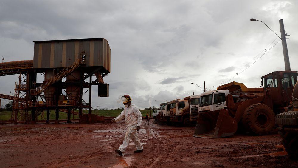En arbeider på Hydros aluminaraffineri Alunorte i Brasil mars 2018.