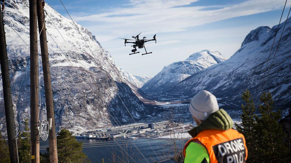 Dronepilot Thomas Negård demonstrerer en DJI-drone ved kraftlinjen som går ned til Hydro Aluminium på Sunndalsøra. Dette er et av stedene Esmart systems samarbeider med Statnett om å finne feil på kraftnettet.