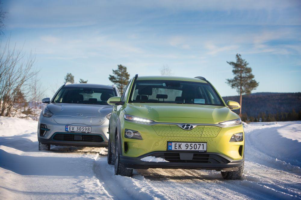 Kia e-Niro (bak) og Hyundai Kona er to biler i samme prisklasse som Model 3. Begge kommer fra samme konsern.