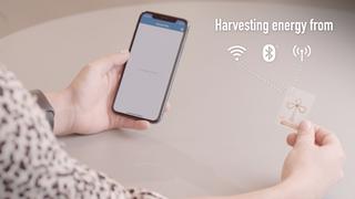 Bluetooth-merkelapp fra Wiliot som holdes i nærheten av en smartmobil.