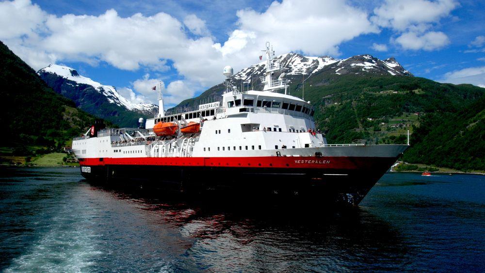 MS Vesterålen i Geirangerfjorden.