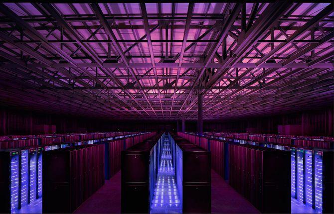 Fra NGDs datasenter i Newport, Wales. Rekker av serverrack.