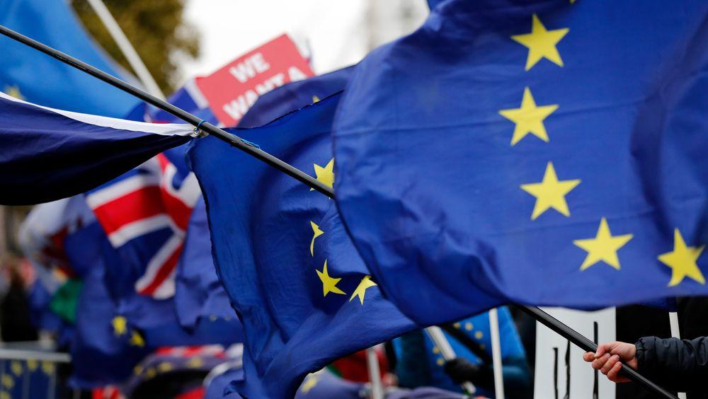 EU- og britiske flag fra demonstranter utenfor det britiske parlamentet onsdag denne uken, der statsminister May tapte soleklart med sin EU-avtale.