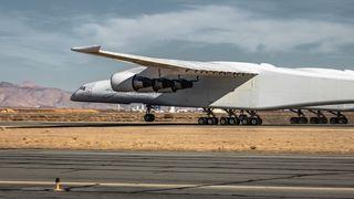 Det blir verdens største fly noensinne. Nå har det løftet på nesehjulene