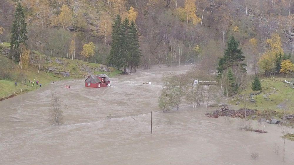 Et fjøs med 13 geiter ble skylt 50 meter ned elva av vannmassene i Luster i Sogn og Fjordane under høstflommen i oktober.