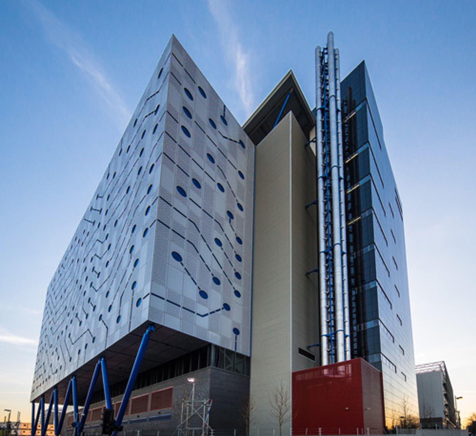 Høyhus i London som rommer datasenteret Telehouse North Two. Fasaden ser ut som et kretskort.