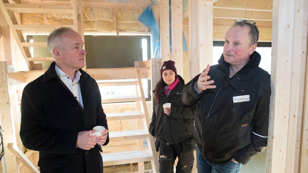 Kunnskaps- og integreringsminister Jan Tore Sanner sammen med lærling Anne Rønning og byggmester Pål Øye på en byggeplass Oslo.