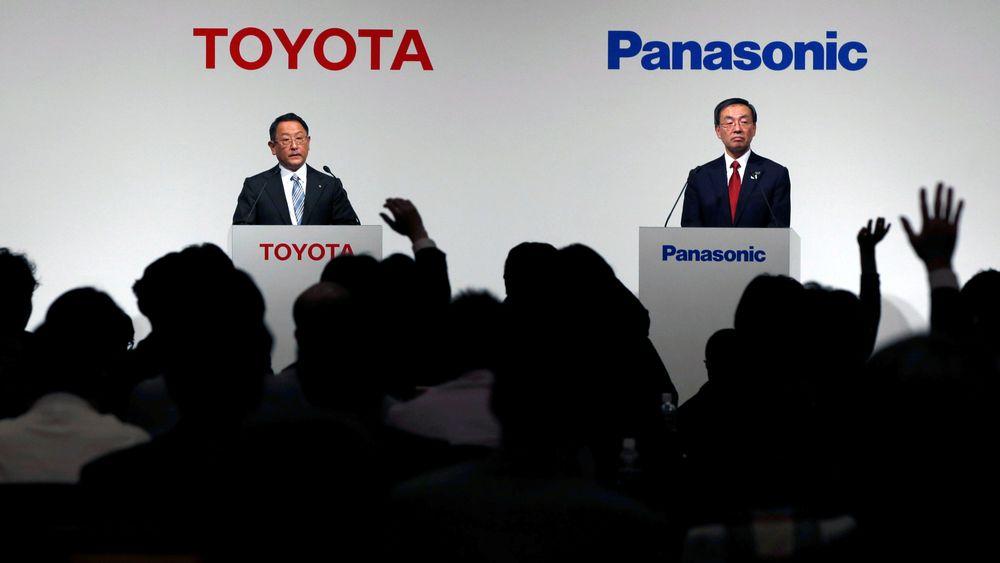Akio Toyoda (til venstre) og Kazuhiro Tsuga, toppsjefer i henholdsvis Toyota og Panasonic har annonsert at selskapene vil opprette et felles selskap som skal utvikle elbilbatterier. Bildet er tatt i forbindelse med presentasjonen av de første samarbeidsplanene  i 2017.