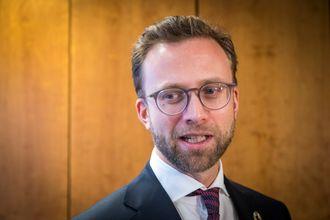 Regjeringens digitaliseringsminister Nikolai Astrup (H) avbildet på sitt nye kontor.