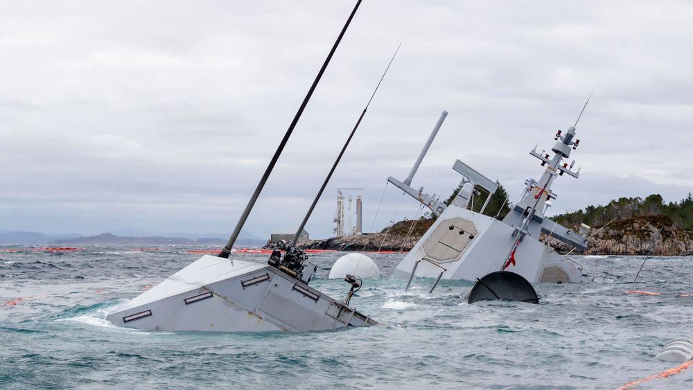 Den havarerte fregatten KNM Helge Ingstad fotografert onsdag 14. november. Værmeldingen tyder på at vraket blir liggende på bunnen enda en tid.