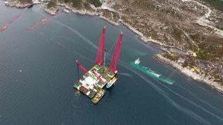Kranskipet Rambiz forbereder løft av fregatten KNM Helge Ingstad januar 2019.