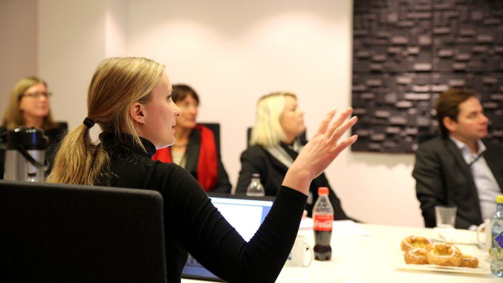 Utvikler i Norkart, Anne Sofie Strand Erichsen (foran), la fram sin nye løsning for digital nabovarsling for kommunal- og moderniseringsminister Monica Mæland (midten) onsdag.