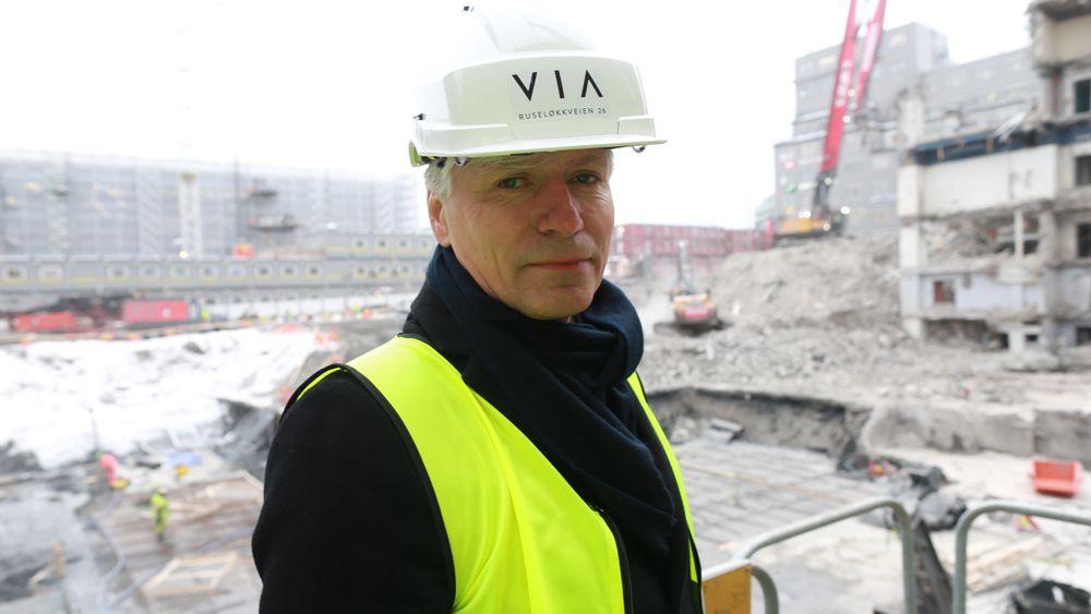 Miljøvernminister Ola Elvestuen vil samarbeide med byggenæringen for å bli kvitt fossil bensin- diesel og gass i bygg- og anleggsektoren.