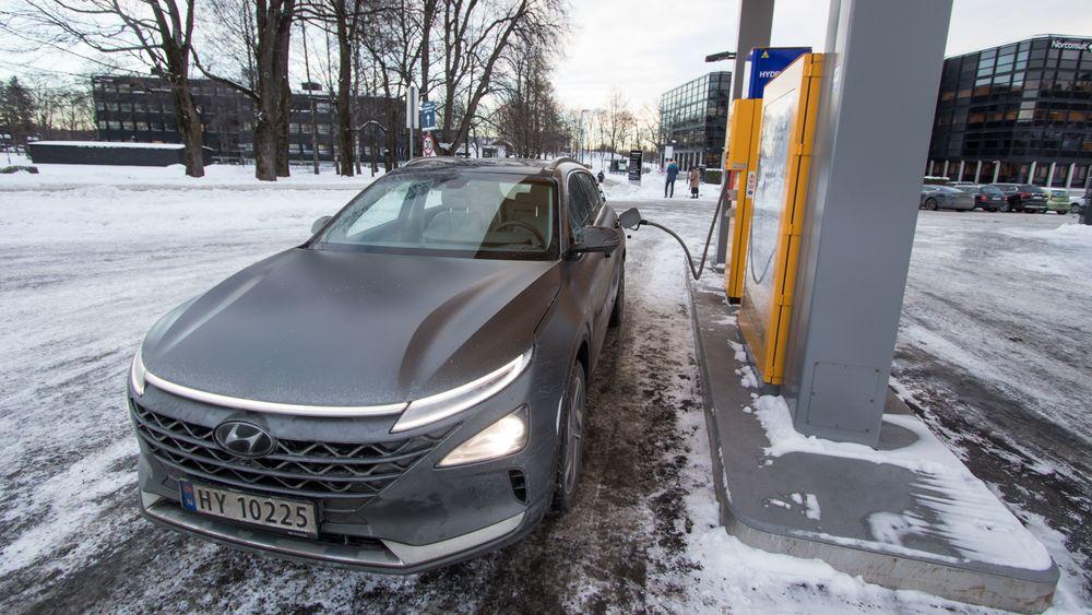 Hydrogenbilen Hyundai Nexo ved fyllestasjon på Kjørbo.