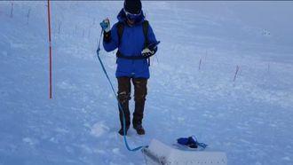 Joachim Hovland fra Snowvision i skredet i Tamokdalen med snøradar i pulk.