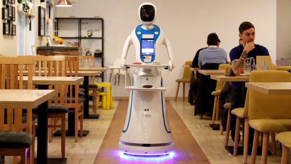 Kunstig intelligens kan gi bedriftene en voldsom verdiøkning, og arbeidstakere mindre å gjøre. Denne roboten serverer gjester i en cafe i Budapest.