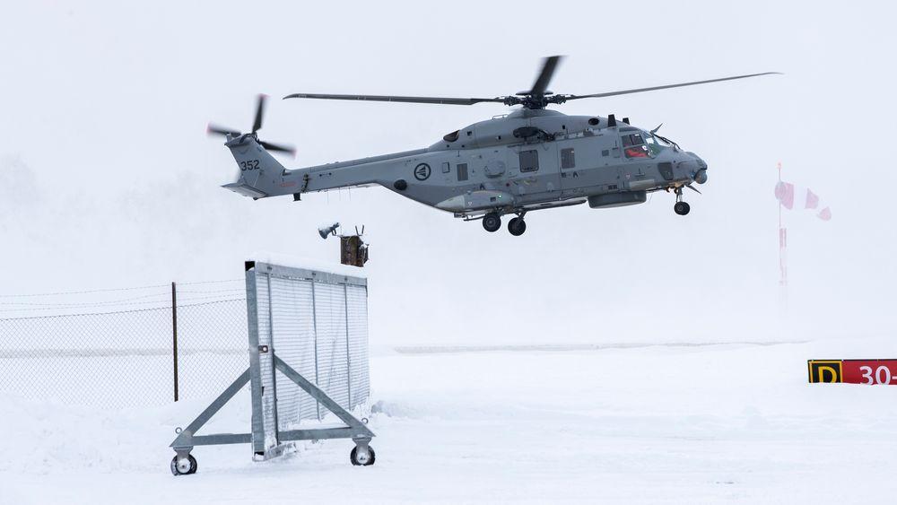 Her lander et nylevert NH90-helikopter i fregattversjon på Kjeller ved Lillestrøm, i fjor vinter. Leveransen av helikoptrene er imidlertid ekstremt forsinket, og i Stortinget er det nå åpen høring om helikopteranskaffelsen.
