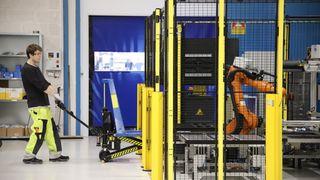 I dag åpnes Siemens-fabrikken i Trondheim: Se robotene lage batterier på egen hånd