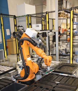 Ferdig montert batterimodul testes i en egen robotcelle.