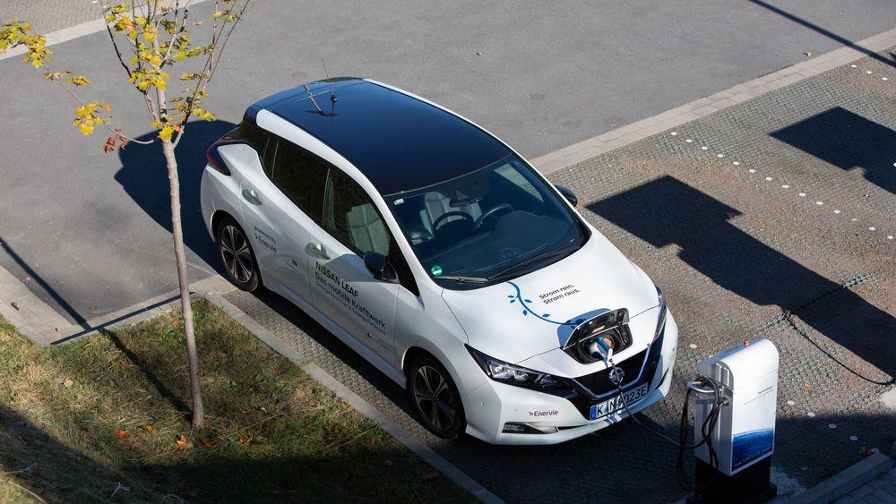 Nissan Leaf koblet til en V2G-lader. CHAdeMO støtter toveislading i dag.